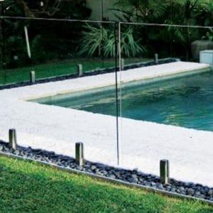 Quelles sont les normes à connaître avant l'installation d'un garde-corps en verre dans son jardin ?