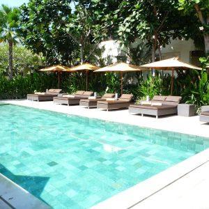 Les piscines en carrelage imitation pierre de Bali, un bon moyen de voyager en étant chez vous !
